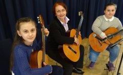 Eine musikalische Vorführung junger russischer Gitarristinnen